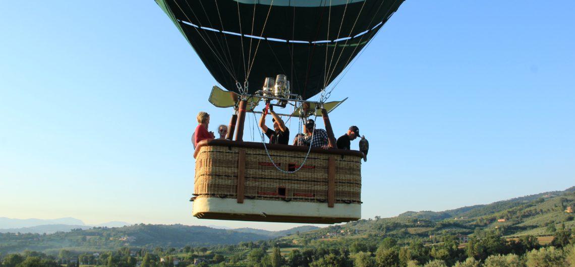 experience-hot-air-balloon-italy-falconry-umbria